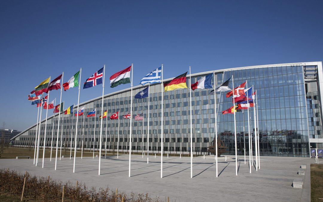 NATO viršūnių susitikimas – kokias antraštes naudojo NATO šalių žiniasklaida?